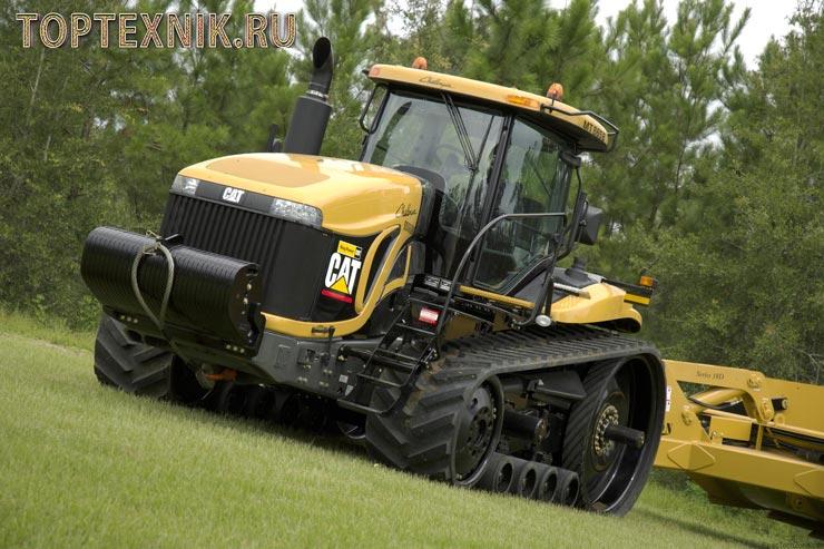 Гусеничный трактор на траве