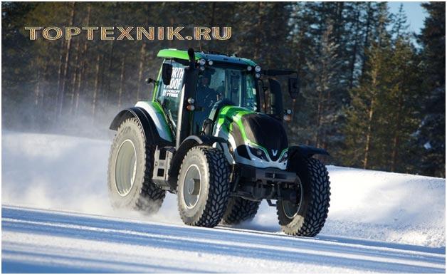 трактор на снегу